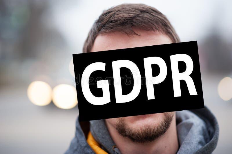 Gdpr, retrato do homem no fundo da estrada, enfrenta o coverd pelo regulamento geral da proteção de dados imagem de stock royalty free