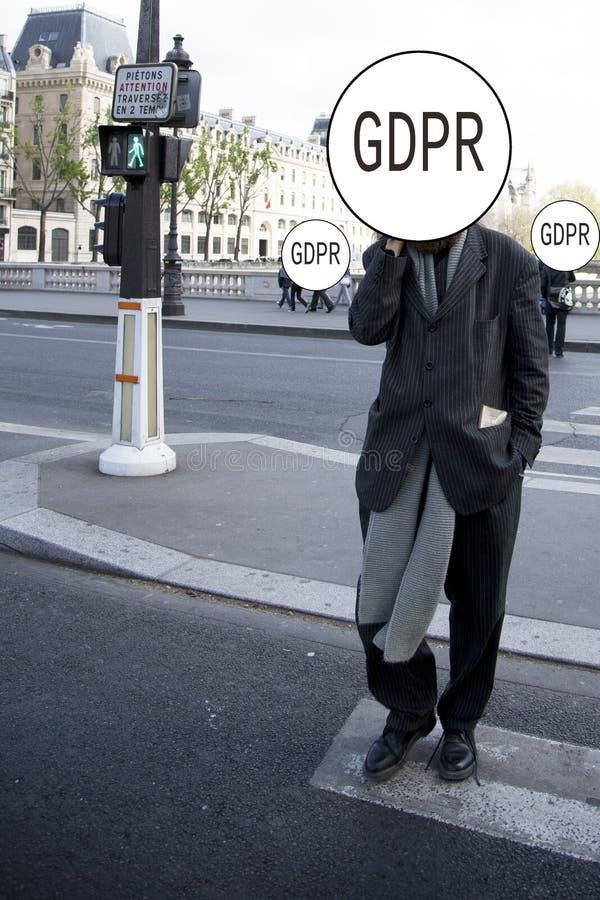 GDPR - stilvoll gekleideter Mann kreuzt die Straße, sein Gesicht wird versteckt hinter der Schutz-Regelung Aufschrift General-Dat lizenzfreies stockbild