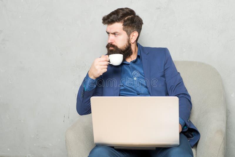 Gdy biznes iść online Fachowy sprzedawcy handel używać komputer przy biznesowym biurem Brodaty mężczyzna pracuje dalej fotografia royalty free