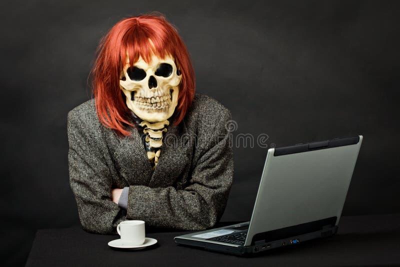 gdy komputerowy śmierć ubierający mężczyzna siedzi stół obraz royalty free