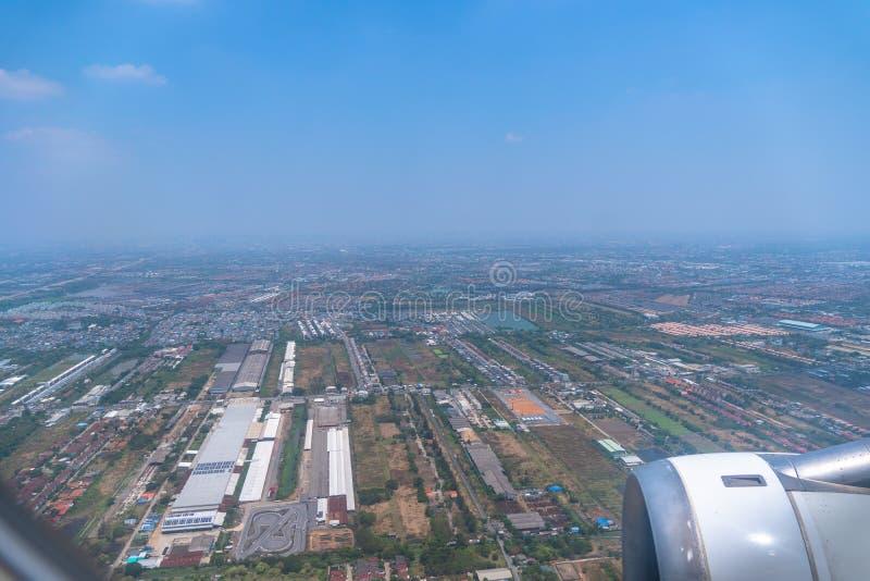Gdy na samolocie przed dosięgać Suvarnabhumi lotnisko obrazy royalty free