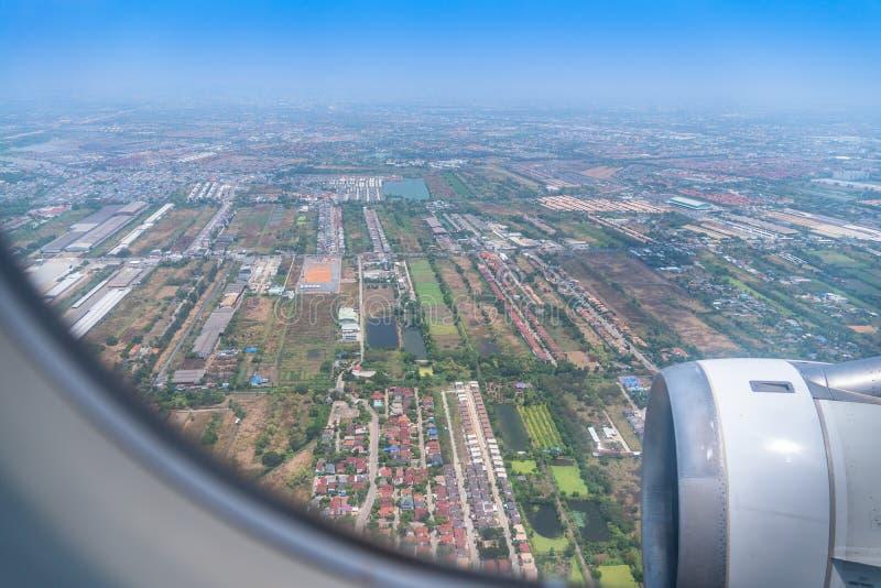 Gdy na samolocie przed dosięgać Suvarnabhumi lotnisko zdjęcie royalty free