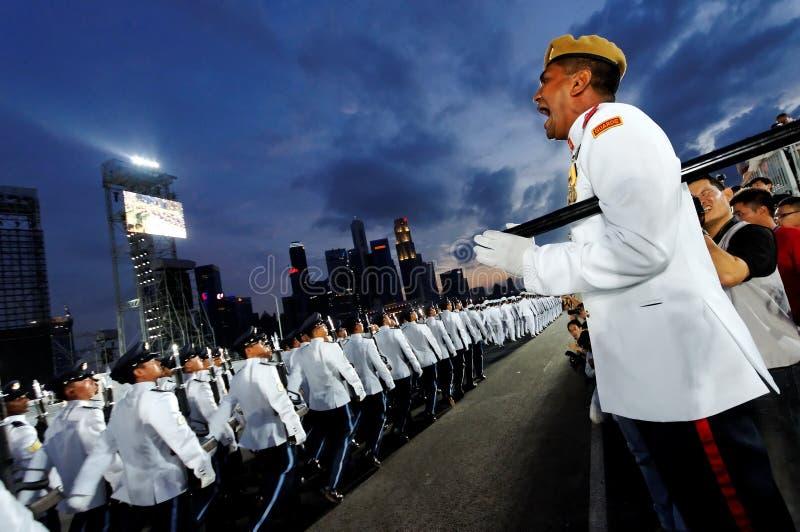 gdy za sierżanta oddział wojskowy nakazowy daje ważny marsz zdjęcie stock