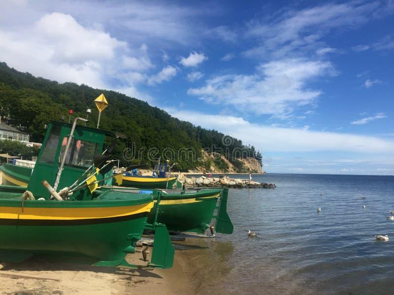 Gdynia Orlowo, praia do Polônia com os barcos de pesca amarrados imagem de stock