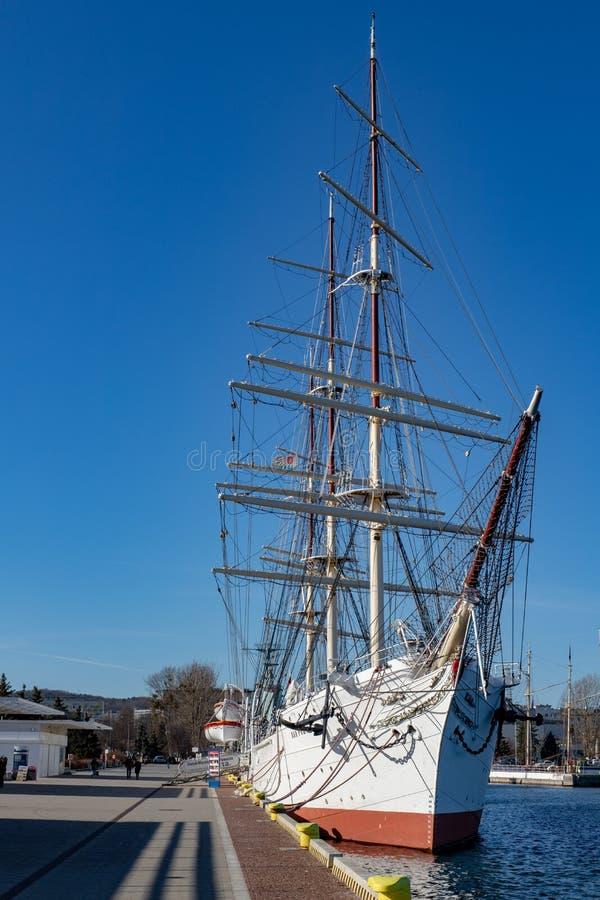 Gdynia, Pomorskie/Polônia - fevereiro, 26, 2019: Um grande navio de navigação entrado no cais portuário Dar Pomorza no Kosciuszko fotos de stock royalty free
