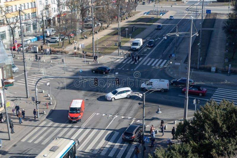 Gdynia, Pomorskie/Pologne - février, 26, 2019 : Carrefours des rues principales à Gdynia Piéton au passage pour piétons images libres de droits