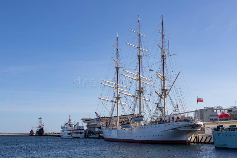 Gdynia, Pomorskie/Pologne - février, 26, 2019 : Un grand bateau de navigation accouplé au quai gauche Dar Pomorza chez le Koscius image stock