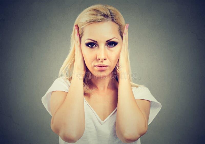 Geërgerd meisje die oren onwillig om aan geruchten te luisteren behandelen stock afbeeldingen