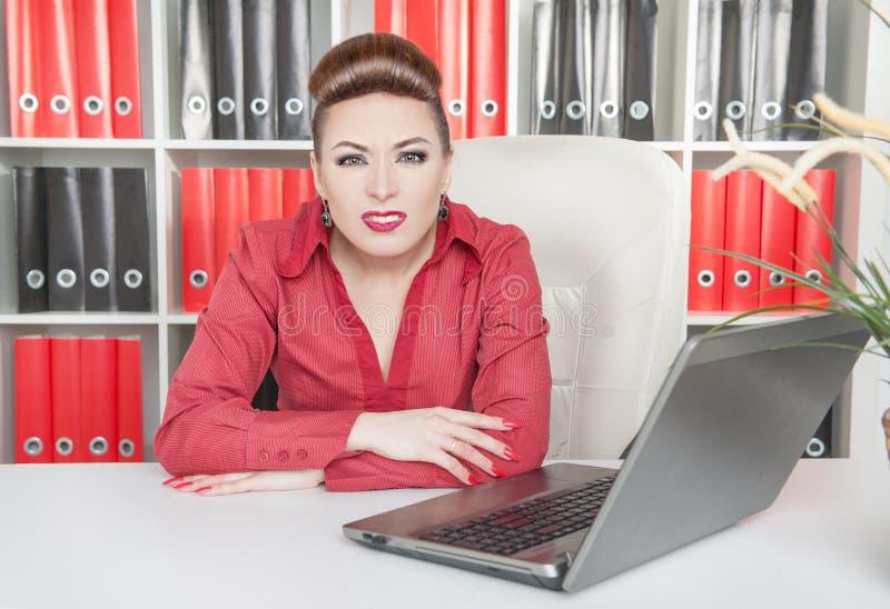 Geërgerde bedrijfsvrouw die met computer werken royalty-vrije stock foto's