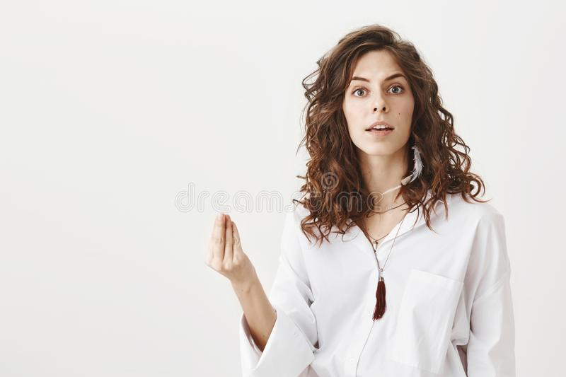 Geërgerde en ernstige succesvolle vrouw die het Italiaans tonen wat u gebaar die willen, door iemand worden gehinderd terwijl sta royalty-vrije stock foto