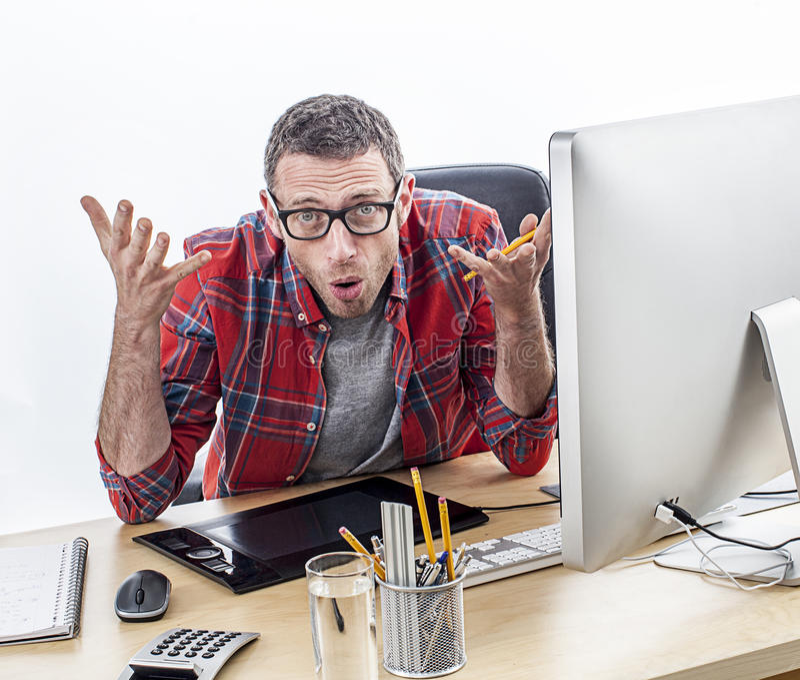 Geërgerde toevallige bedrijfsmens die bij zijn bureau klagen, die misverstand uitdrukken royalty-vrije stock fotografie