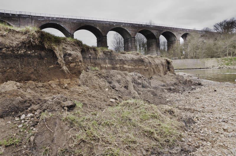 Geërodeerd riverbank na de wintervloed, Roodachtig Dal Manchester Eng stock afbeeldingen