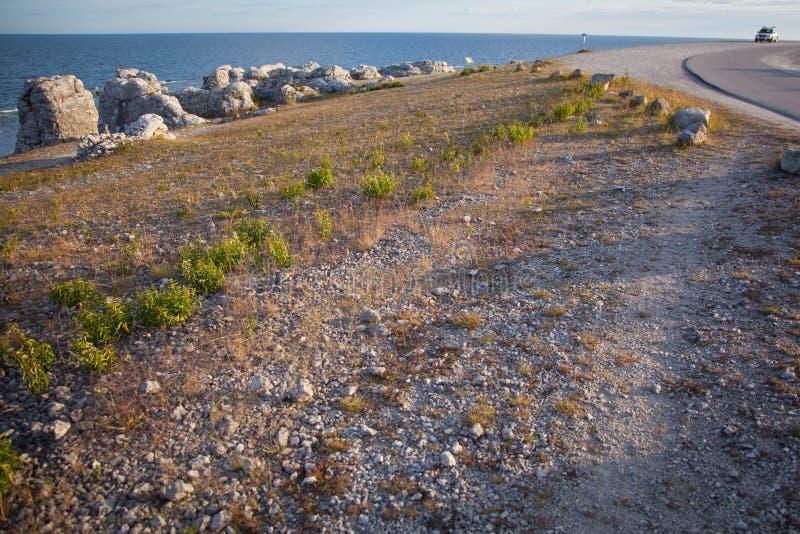 Geërodeerde kalksteenstapels langs de oever op het eiland van ver stock foto's
