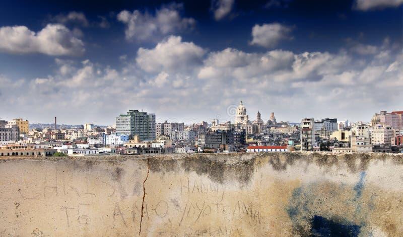 Geërodeerdes muur en Havana horizon stock afbeeldingen