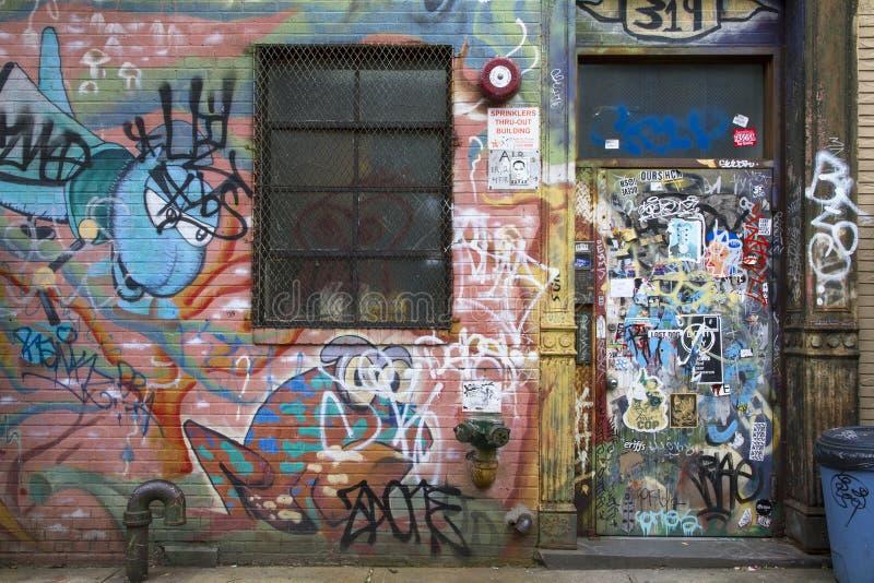Geëtiketteerde deur en muur met graffiti in Williamsburg Brooklyn royalty-vrije stock afbeeldingen