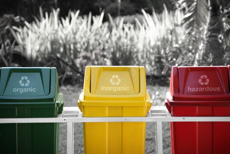 Geëtiketteerde kringloopbakken, selectieve kleur stock foto