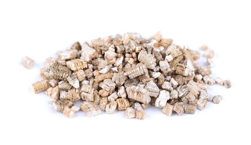geëxpandeerd vermiculietmineraal, geïsoleerd op witte achtergrond Mineraal gebruikt in de tuinbouw stock foto