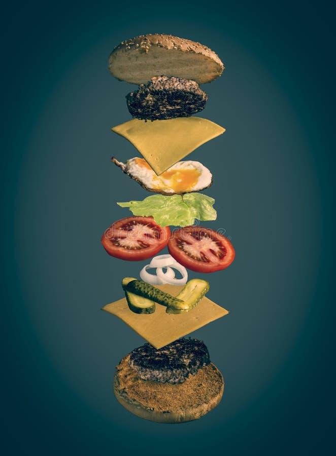 Geëxplodeerde mening van eigengemaakte hamburger stock foto's