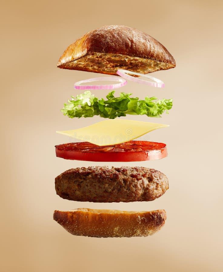 Geëxplodeerde mening van hamburger, broodjes en ingrediënten stock afbeeldingen