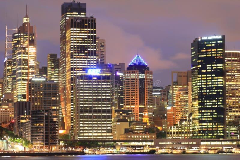 Geïnformeerdet de torengebouwen van Sydney bij schemering stock foto's