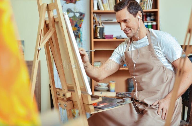 Geïnspireerd kunstenaar het schilderen beeld op een canvas royalty-vrije stock foto