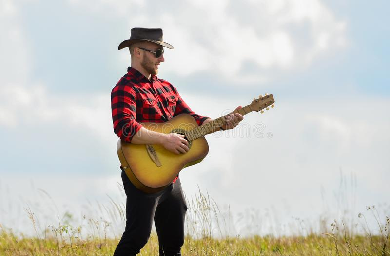 Geïnspireerd landenmuzikant Landenstijl Zomervakantie Nationaal muziekconcept Guitarist country singer zit in stock foto's