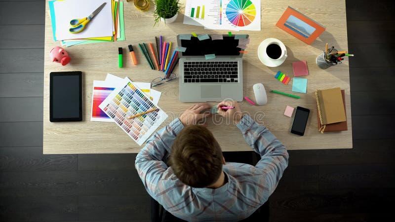 Geïnspireerde mannelijke schepper die al zijn ideeën op stuk van te herinneren document neerschrijven zich stock afbeelding