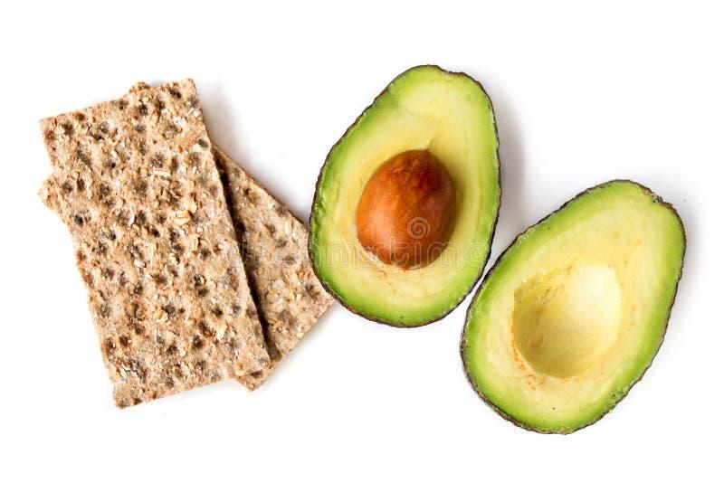 Geïsoleerd avocadofruit De twee helften avocado's met wholegrain royalty-vrije stock foto's