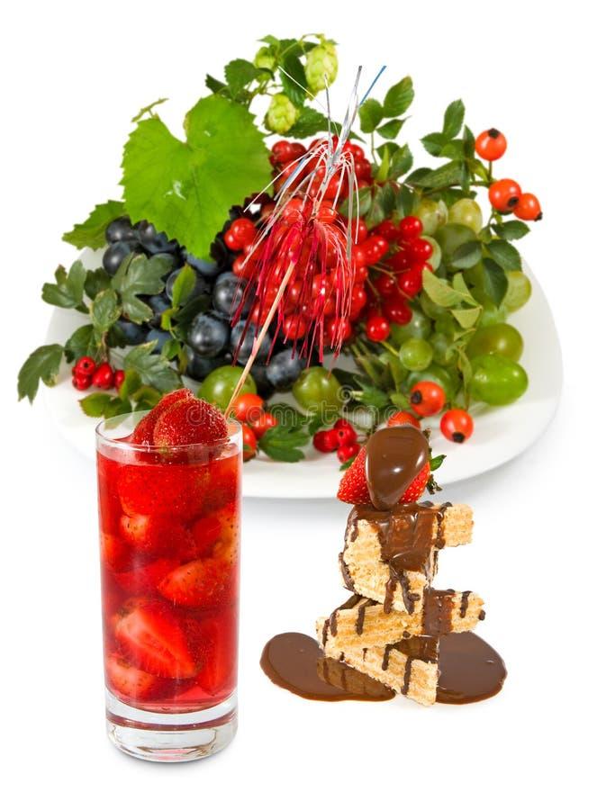 Geïsoleerd beeld van aardbeicocktail, koekjes en vruchten stock afbeelding