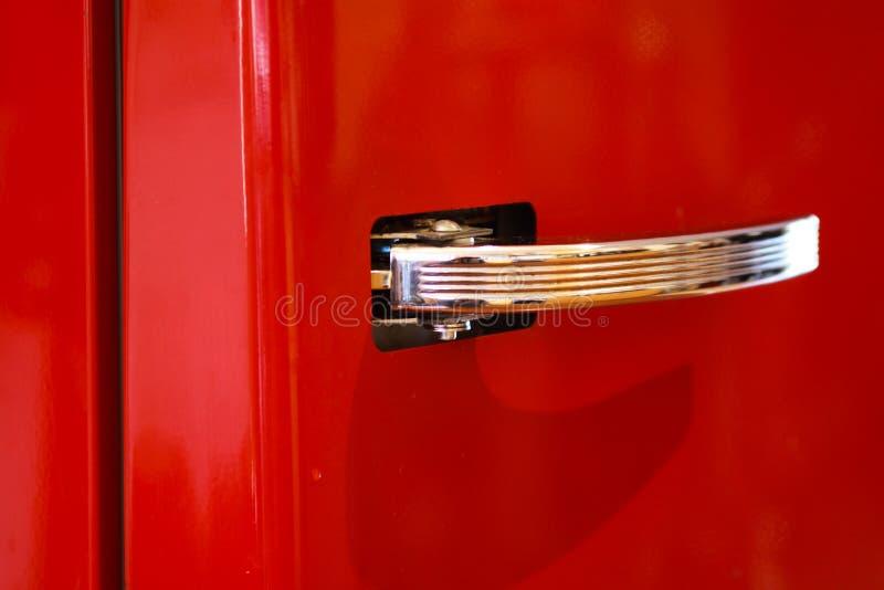 Geïsoleerd Chrome-handvat van rode koelkast in retro ontwerp royalty-vrije stock foto