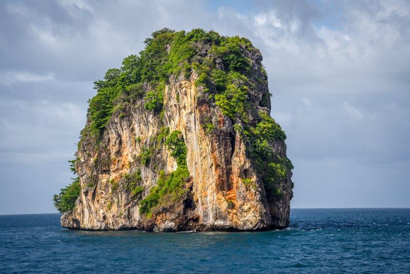 Geïsoleerd en Tribune nog Rocky Mountain PHI PHI Island Phuket royalty-vrije stock afbeeldingen