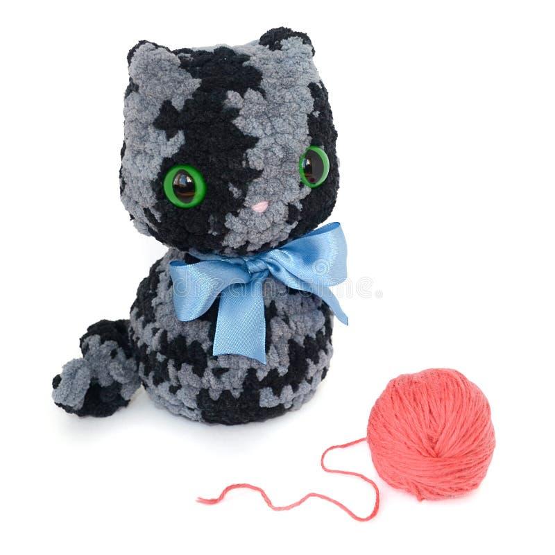Geïsoleerd gehaakt zwart en grijs pluizig katje met groot groen e royalty-vrije stock foto's