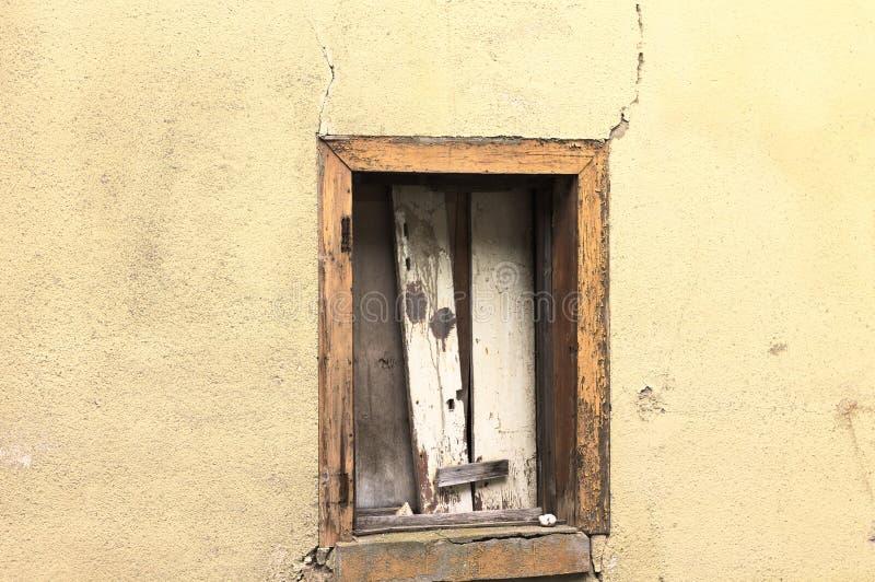 Geïsoleerd geruïneerd venster in een gele muur Bacharach stock afbeeldingen