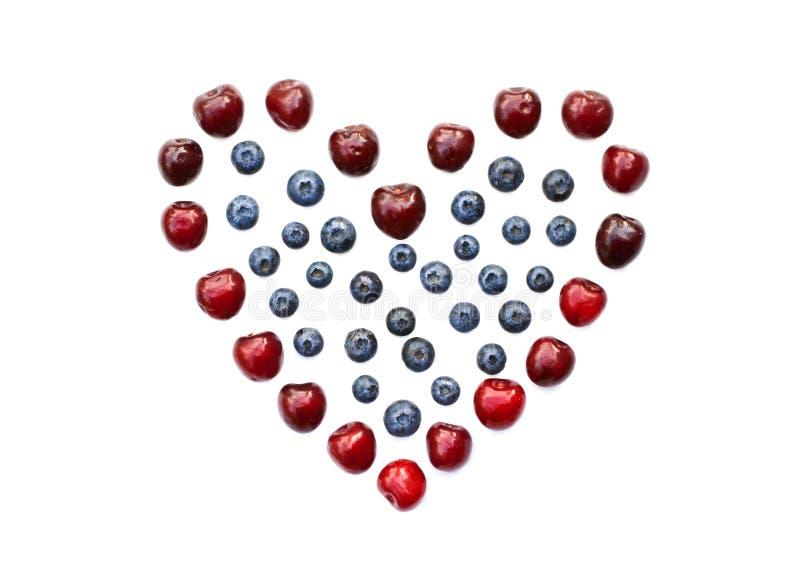 Geïsoleerd hart van kers, bosbes en framboos royalty-vrije stock afbeelding
