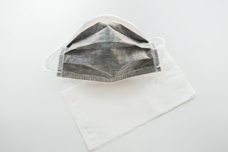Geïsoleerd koolstofmasker met papieren zakdoekje voor verontreinigingspreventie voor gezondheid stock foto's