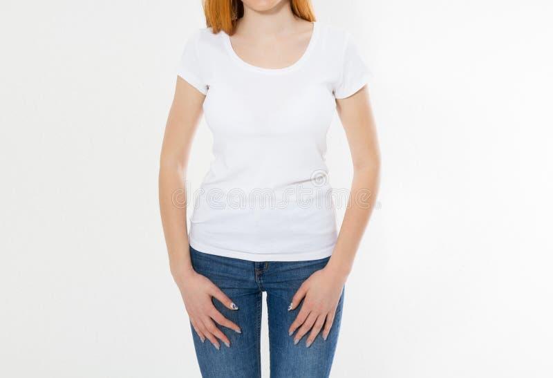 Geïsoleerd meisje in witte t-shirt Mooie glimlach rode hoofdvrouw in t-shirtspot omhoog, spatie stock foto