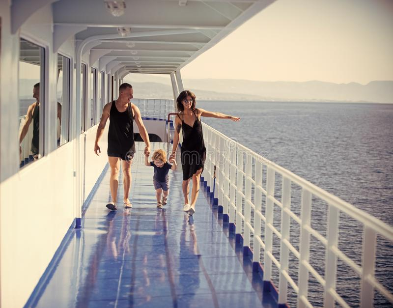 Geïsoleerd op witte achtergrond Gelukkige familie met leuke zoon op de zomervakantie Familie die op cruiseschip reizen op zonnige stock foto