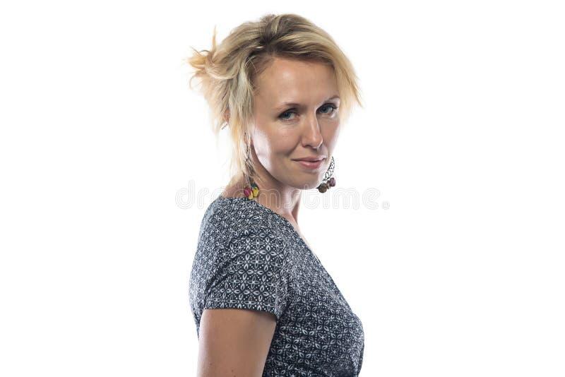 Geïsoleerd portret van aardige vrouw in kleding stock foto's