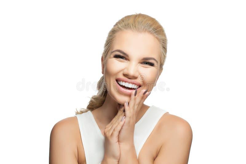 Geïsoleerd portret van het jonge gelukkige vrouw lachen en het hebben van pret op witte achtergrond Expressieve gelaatsuitdrukkin stock afbeelding