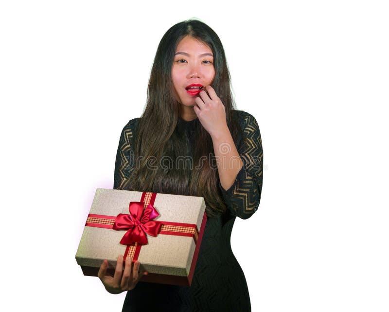 Geïsoleerd portret van jonge gelukkige en opgewekte mooie Aziatische Koreaanse vrouw die een romantische doos ontvangen die van d stock fotografie