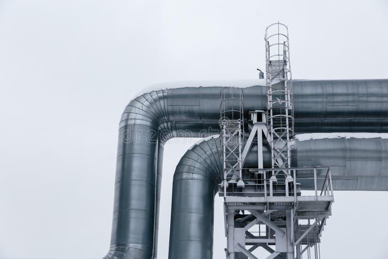 Geïsoleerd: Reusachtige die aardgasleiding langs sneeuwstraat in Riga, Letland wordt gelegd stock afbeeldingen