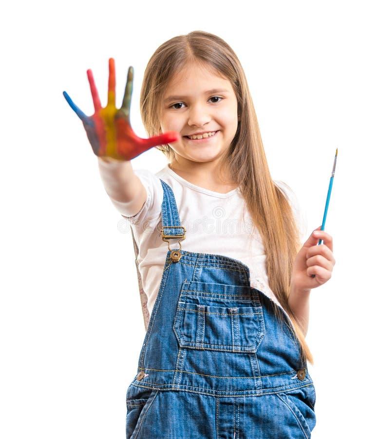 Geïsoleerd schot van leuk glimlachend meisje die geschilderde kleurrijke hand tonen royalty-vrije stock foto's