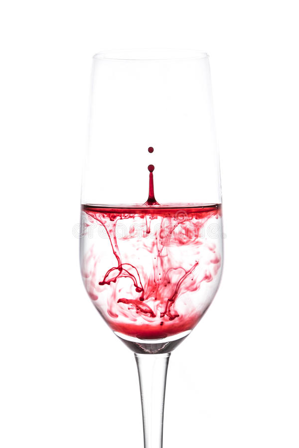Geïsoleerd van rode waterdaling aan wijn is het glas nog op witte backg stock foto's