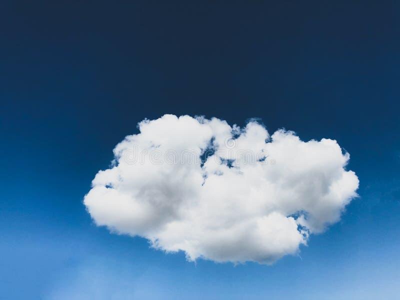 Geïsoleerde één enkele wolk in de blauwe hemel op een heldere zonnige dag royalty-vrije stock afbeeldingen