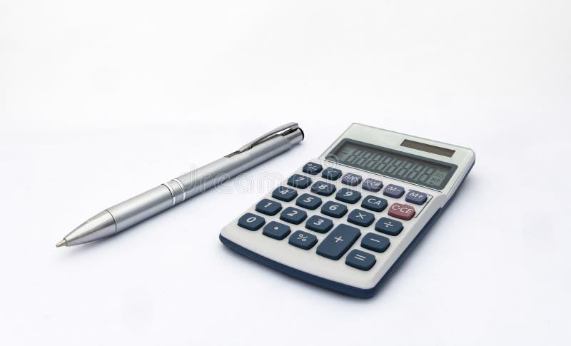 Geïsoleerde blauwe en witte calculator met met zonnemacht en zilveren pen voor rekeningen, zaken, onderwijs enz. stock afbeeldingen