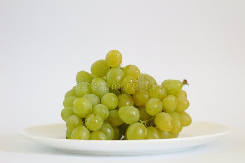 geïsoleerde bos van druiven op een plaat royalty-vrije stock afbeelding