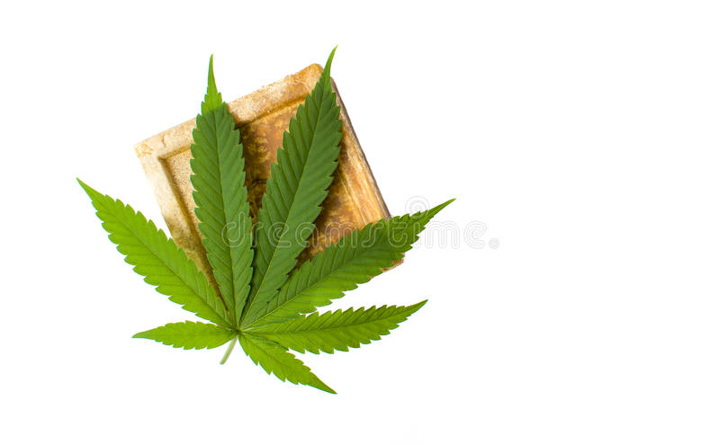 Geïsoleerde cannabis kruidenzeep en blad stock foto's