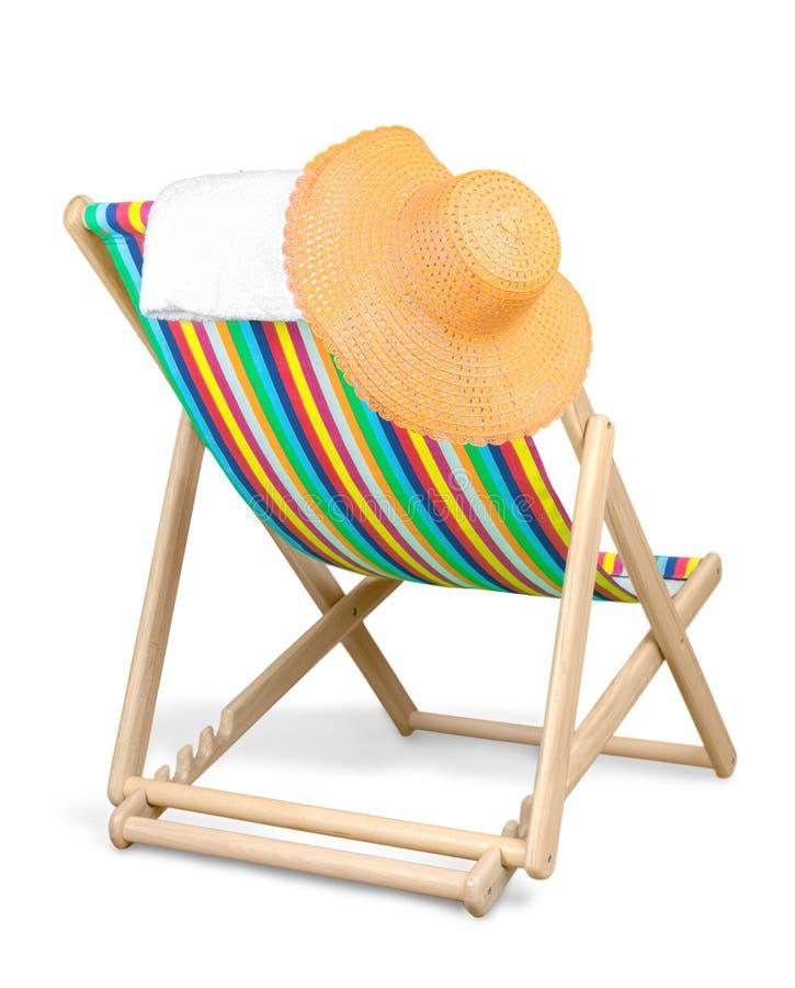 geïsoleerde chaise-longuestoel, hoed en handdoek stock foto's