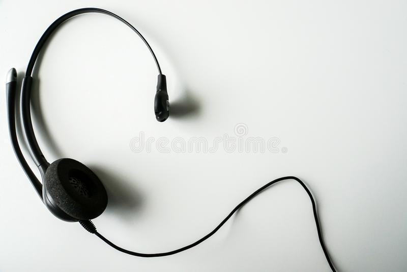 Geïsoleerde dichte omhoog zwarte hoofdtelefoon voor call centre stock foto