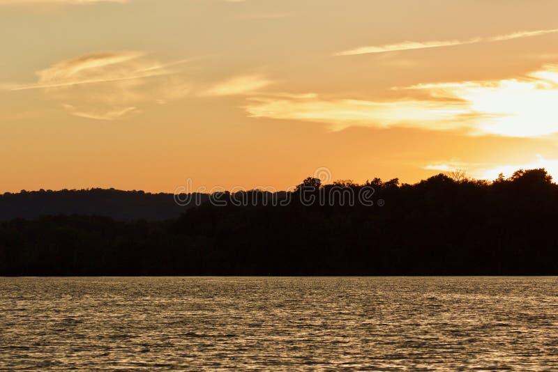 Geïsoleerde foto van een verbazende zonsondergang op een meer stock fotografie